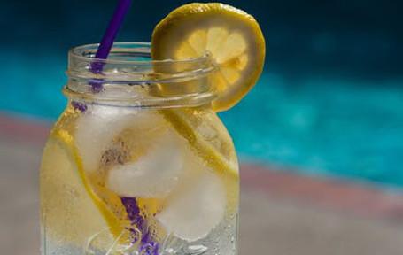 słoik z wodą i cytryną